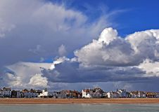 Um céu nebuloso muito dramático sobre o litoral de Kent imagem de stock royalty free