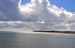Um céu nebuloso muito dramático sobre o litoral de Kent fotos de stock royalty free