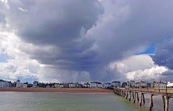 Um céu nebuloso muito dramático sobre o litoral de Kent imagens de stock