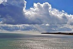 Um céu nebuloso muito dramático sobre o litoral de Kent fotografia de stock