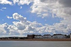 Um céu nebuloso muito dramático sobre o litoral de Kent imagem de stock