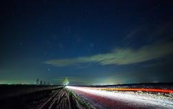 Um céu noturno bonito, a Via Látea e as árvores foto de stock royalty free