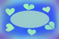Um círculo de corações do verde de turquesa em um fundo delicadamente azul fotos de stock