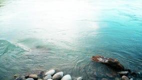 Um córrego enorme da água azul profunda, tiro bonito constante, aperfeiçoa para o filme Rio Raging da montanha Onda de turquesa filme