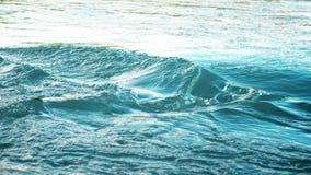 Um córrego enorme da água azul profunda, tiro bonito constante, aperfeiçoa para o filme Rio Raging da montanha Onda de turquesa vídeos de arquivo