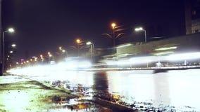 Um córrego infinito dos carros no molhado Tráfego rodoviário raios claros dos carros filme