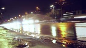Um córrego infinito dos carros no molhado Tráfego rodoviário raios claros dos carros video estoque