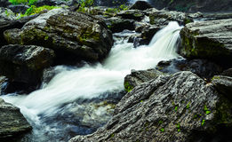 Um córrego que flua para baixo da cachoeira Foto de Stock