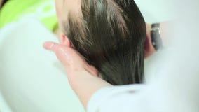 Um cabelo de lavagem da menina no cabeleireiro video estoque