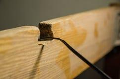 Um cabo no furo de madeira fotografia de stock