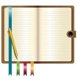 Um caderno de couro com pena do ouro Fotografia de Stock