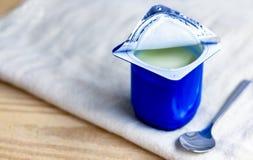 Um café da manhã do iogurte e uma colher colocada em um pano Fotografia de Stock