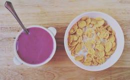 Um café da manhã do país com iogurte, leite e flocos de milho de mirtilo no estilo do vintage Fotografia de Stock Royalty Free