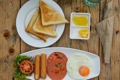 Um café da manhã ocasional na tabela fotos de stock royalty free