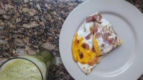 Um café da manhã saudável dos ovos com salsicha e um suco verde Fotos de Stock