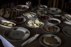 Um café da manhã tradicional do turco consiste em uma variedade de pratos, incluindo pratos da carne, doce e brinde Foto de Stock Royalty Free