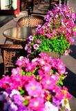 Um café da rua, decorado com flores frescas Fotografia de Stock