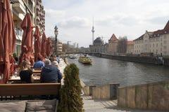 Um café da rua no distrito Mitte de Berlim perto do Weidendammer b imagens de stock