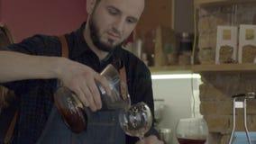 Um café de derramamento de sorriso novo do homem do barista com sifão VAC vídeos de arquivo