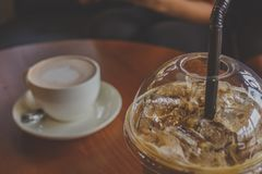 Um café de gelo na tabela na cafetaria imagens de stock royalty free