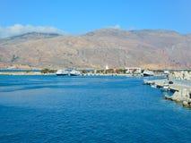 Um cais em um porto grego no amanhecer Barcos de prazer em um porto pequeno foto de stock royalty free