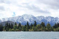 Um cais pode montanhas de observação da neve fotografia de stock royalty free