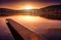 Um cais vazio, um lago bonito fotos de stock