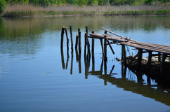 Um cais velho dilapidado do rio fotos de stock