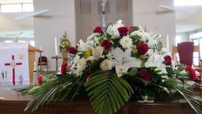 Um caixão colorido em um carro fúnebre ou capela antes do funeral ou do enterro no cemitério Imagem de Stock Royalty Free