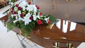 Um caixão colorido em um carro fúnebre ou capela antes do funeral ou do enterro no cemitério Imagens de Stock Royalty Free