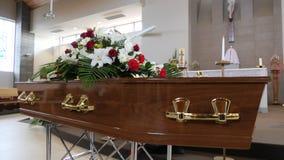 Um caixão colorido em um carro fúnebre ou capela antes do funeral ou do enterro no cemitério Fotos de Stock