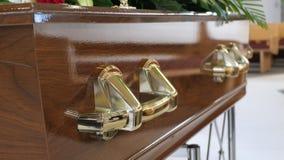 Um caixão colorido em um carro fúnebre ou capela antes do funeral ou do enterro no cemitério Foto de Stock Royalty Free