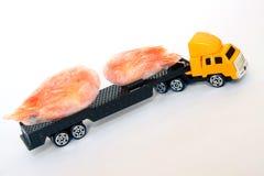 Um caminhão amarelo do brinquedo do táxi leva camarões congelados Entrega do marisco Alimento saudável fotos de stock royalty free