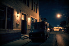 Um caminhão armado da segurança estacionou em uma rua escura da cidade no ne da noite foto de stock