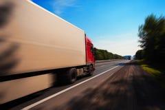 Um caminhão está conduzindo abaixo da estrada fotografia de stock