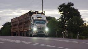Um caminhão longo da carga bate a estrada vídeos de arquivo