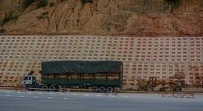 Um caminhão pesado que espera na estrada fotografia de stock royalty free