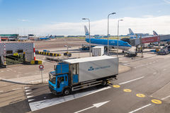 Um caminhão que conduz no território do aeroporto Foto de Stock Royalty Free