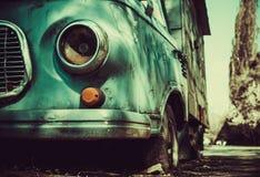 Um caminhão velho oxidado senta o derelict na rua da cidade fotografia de stock royalty free