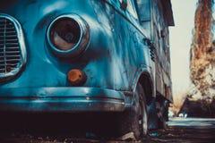 Um caminhão velho oxidado senta o derelict na rua da cidade imagens de stock
