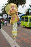 Um caminhante fêmea do pernas de pau vestido no amarelo imagens de stock royalty free