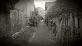Um caminho entre casas Fotos de Stock Royalty Free