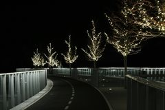 Um caminho iluminado com condução na infinidade fotografia de stock