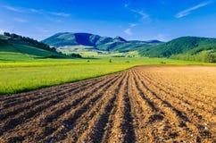 Um campo arado com a montagem Pennino no fundo Imagens de Stock
