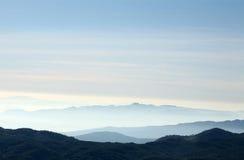 Um campo calmo do arroz no fundo do céu do nascer do sol Fotos de Stock