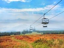 Um campo colorido com o cabo aéreo na montanha de Kubinska Hola fotografia de stock royalty free