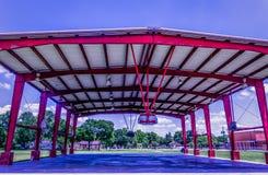 Um campo de básquete do centro da cidade em um campo de jogos fotografia de stock