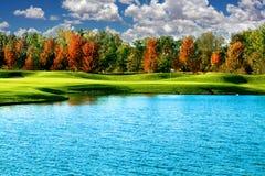 Um campo de golfe com um céu azul Fotos de Stock Royalty Free