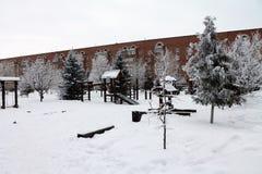 Um campo de jogos coberto com a neve Edifício moderno Fotos de Stock Royalty Free