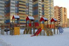 Um campo de jogos das crianças Corrediças, balanços, escadas Imagens de Stock Royalty Free